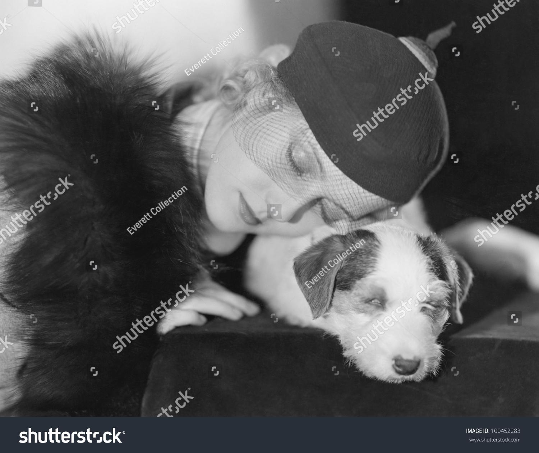 女人睡觉的狗的画像-动物/野生生物