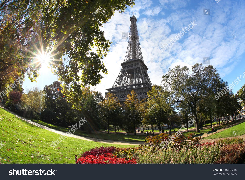 埃菲尔铁塔对巴黎,法国的秋树和日出-建筑物/地标