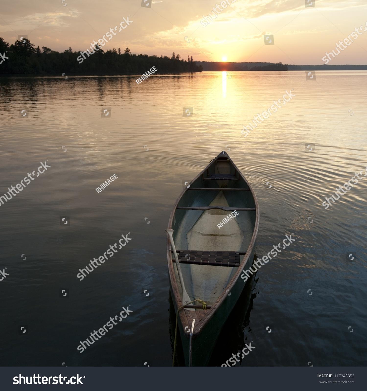 独木舟漂浮在树林里的水湖,安大略省-交通运输,自然