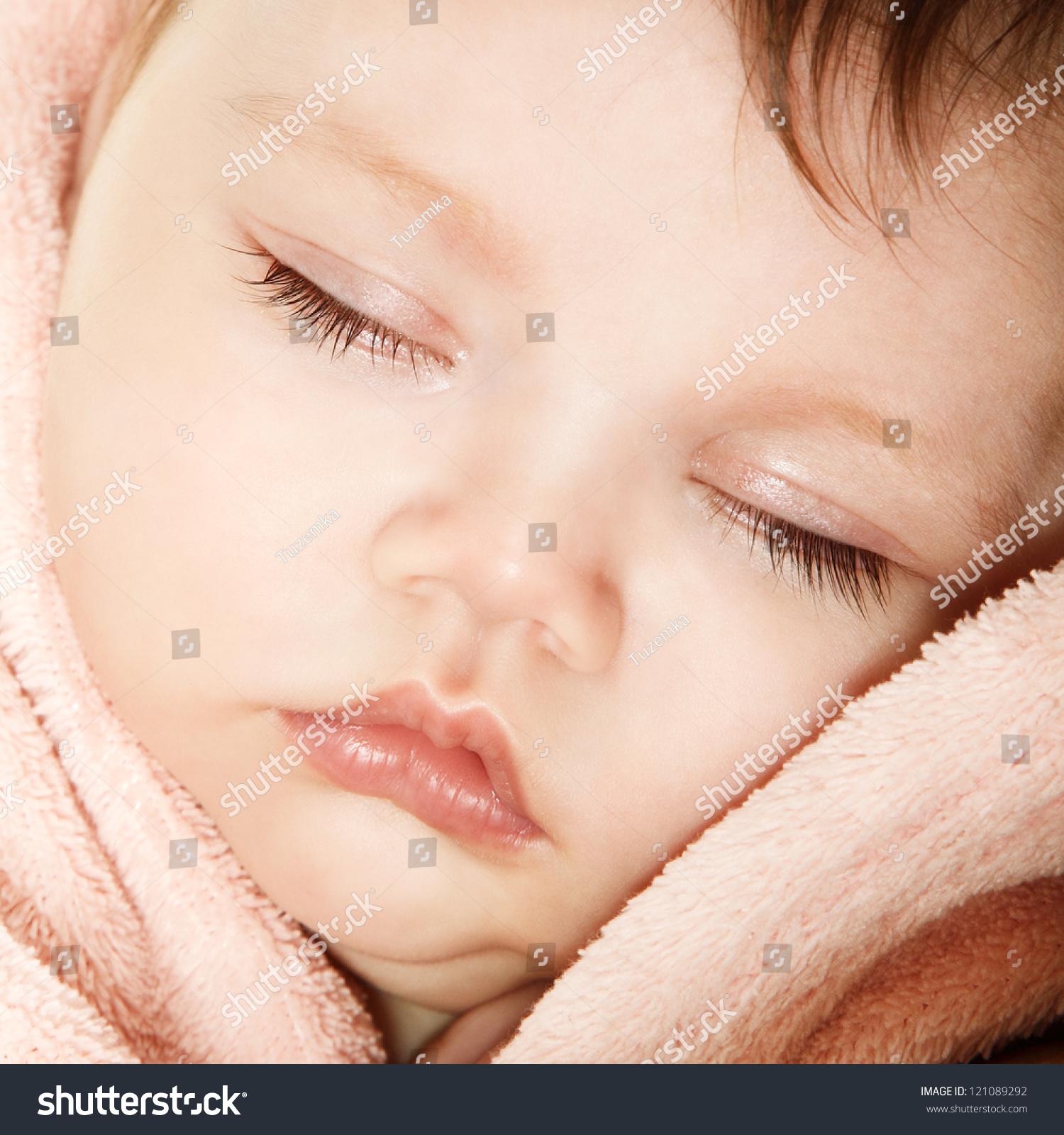 可爱的婴儿宝宝睡觉,美丽的孩子的脸部特写