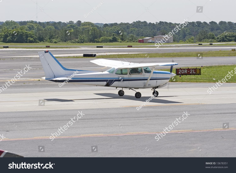一个小型私人飞机跑道上滑行起飞前