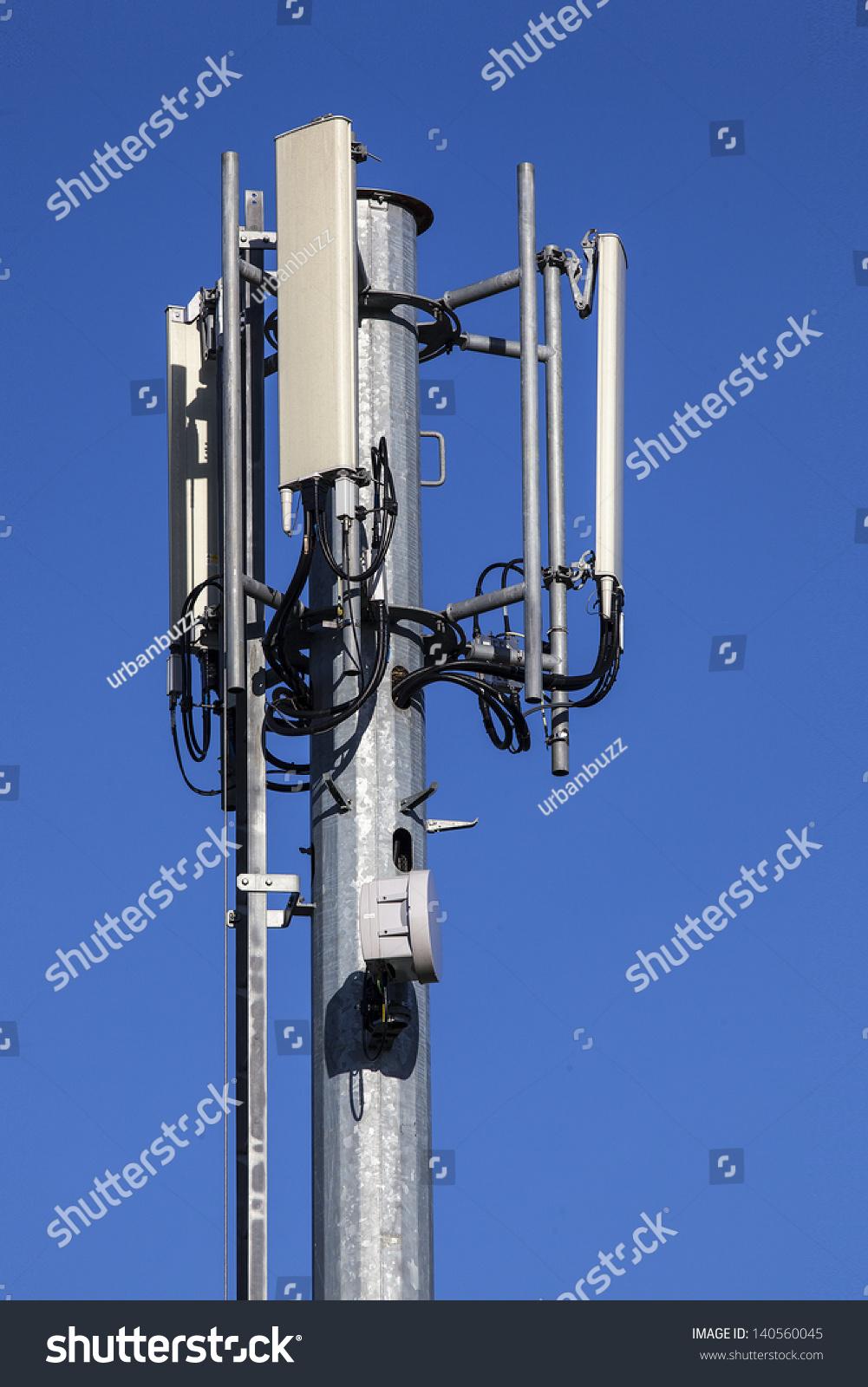 发射塔和无线电天线在蓝色的天空-物体,科技-海洛创意
