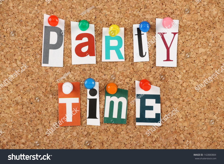 这个短语派对时间在裁剪杂志信件一块软木告示板上