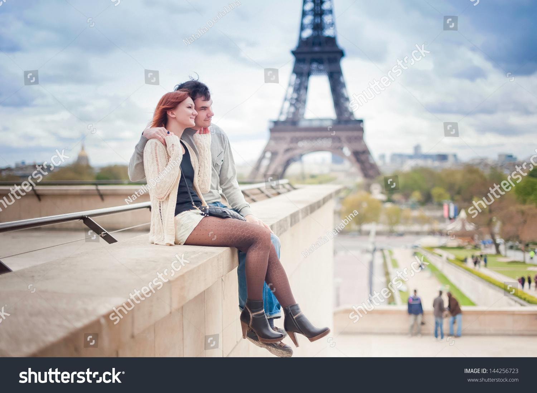恋人在巴黎埃菲尔铁塔的背景-建筑物/地标,公园/户外