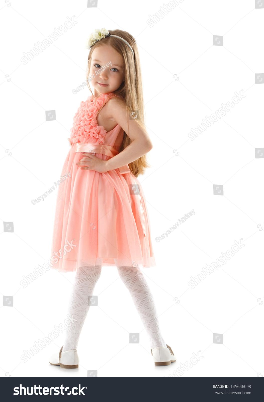 可爱的小女孩看着相机