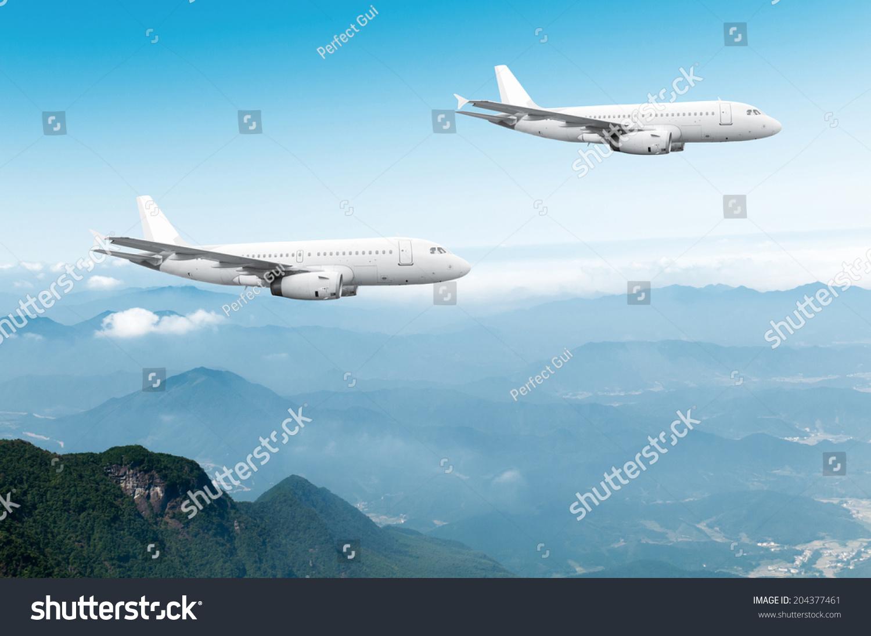 民航飞机飞行在蓝色的天空-交通运输,商业/金融-海洛