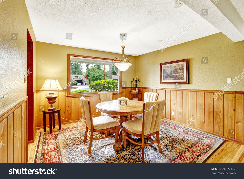 房间里镶墙的木板和硬木