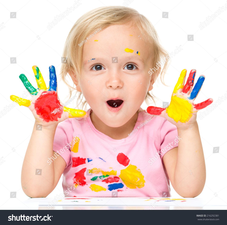一个可爱的小女孩给她的手画的画像在明亮的颜色