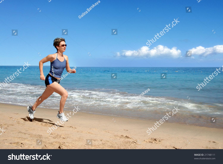 年轻女子独自一人在海滩上运行-运动/娱乐活动,人物