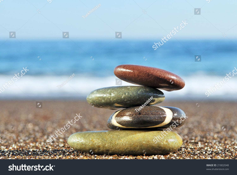 金字塔的石头在海岸图片