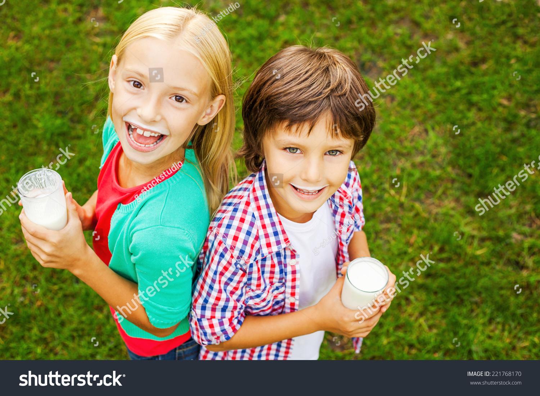 顶视图的两个可爱的小孩子用牛奶胡子
