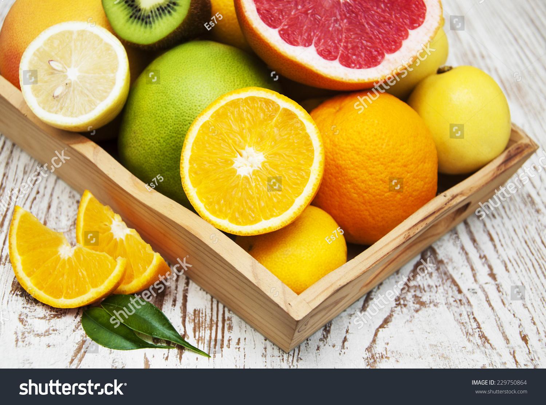 柑橘类水果的变化用树叶在木箱上