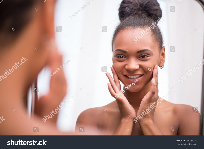 美丽的黑毛巾头像白女生把面霜笑眯眯地看着镜背影qq皮肤女孩半身图片