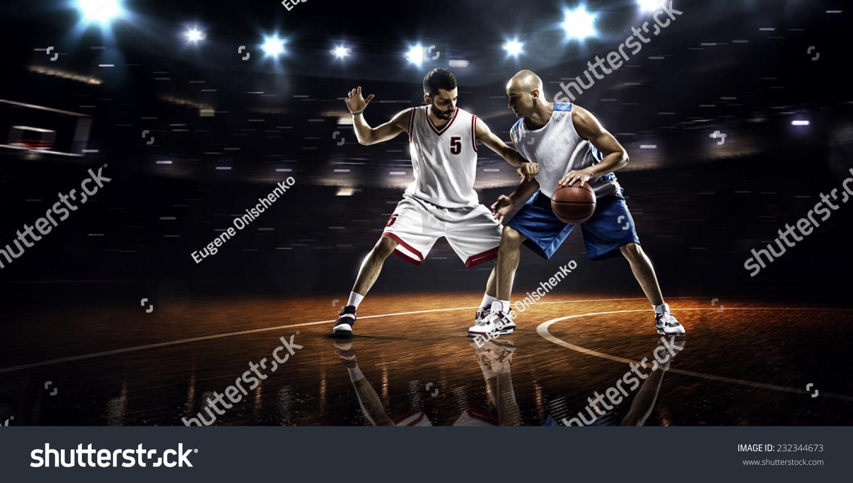两个篮球运动员在行动在健身房全景视图