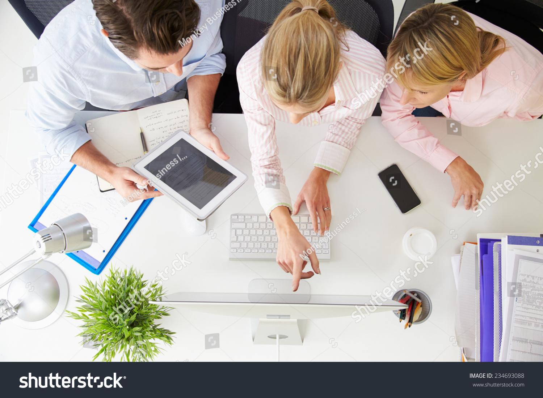 在办公室的电脑工作的商人俯视-商业/金融