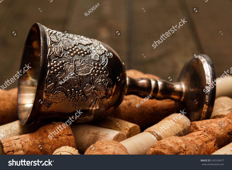 中世纪的酒杯和酒瓶塞在木桌上图片