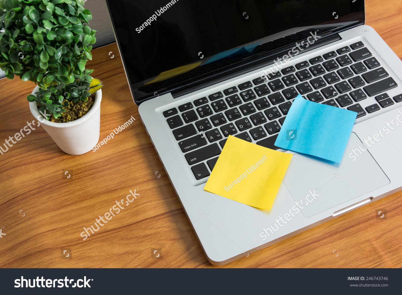 笔记本电脑和木桌子上贴的便条-商业/金融,科技-海洛