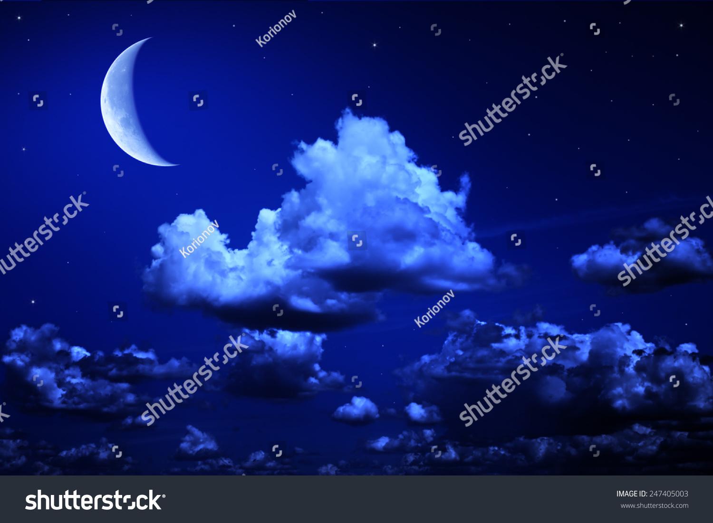 大的月亮和星星在蓝色的天空多云的夜晚.奇妙的美丽图片