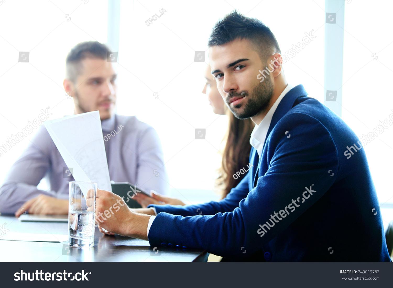 年轻的商人在办公室工作-商业/金融