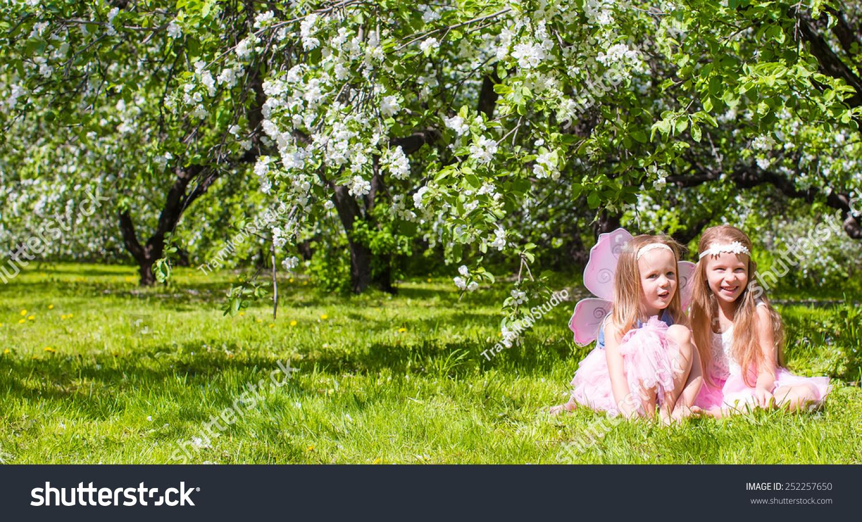 可爱的小女孩在春天盛开的苹果树花园-人物,公园/户外