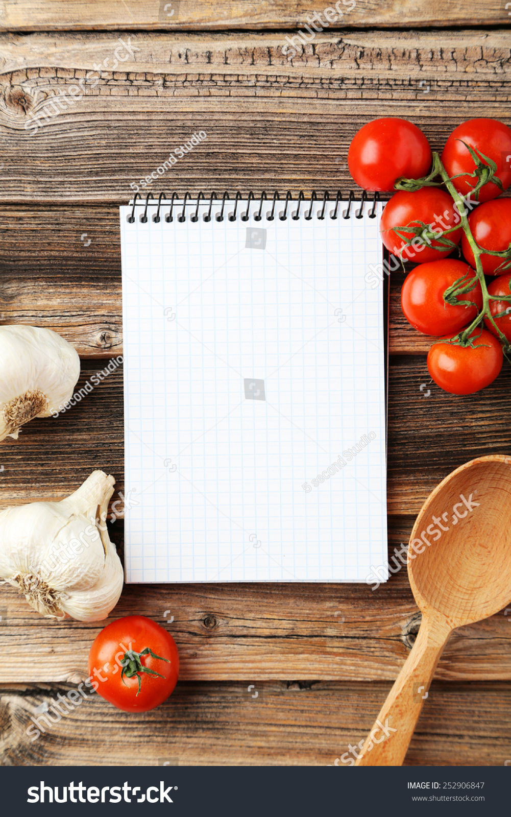 打开空白的食谱书在棕色木质背景-背景/素材,物体-()