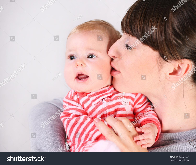 可爱宝宝亲吻图片