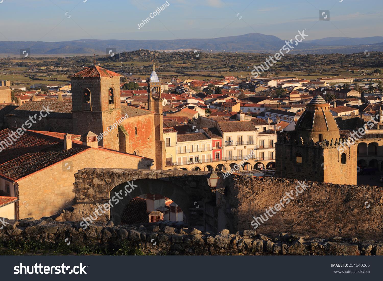 埃斯特雷马杜拉,西班牙卡塞雷斯,中世纪的塔楼和屋顶的历史小镇图片