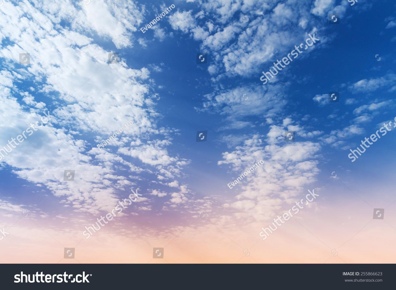 蓝色和粉红色的梯度多云的天空,自然背景照片-背景