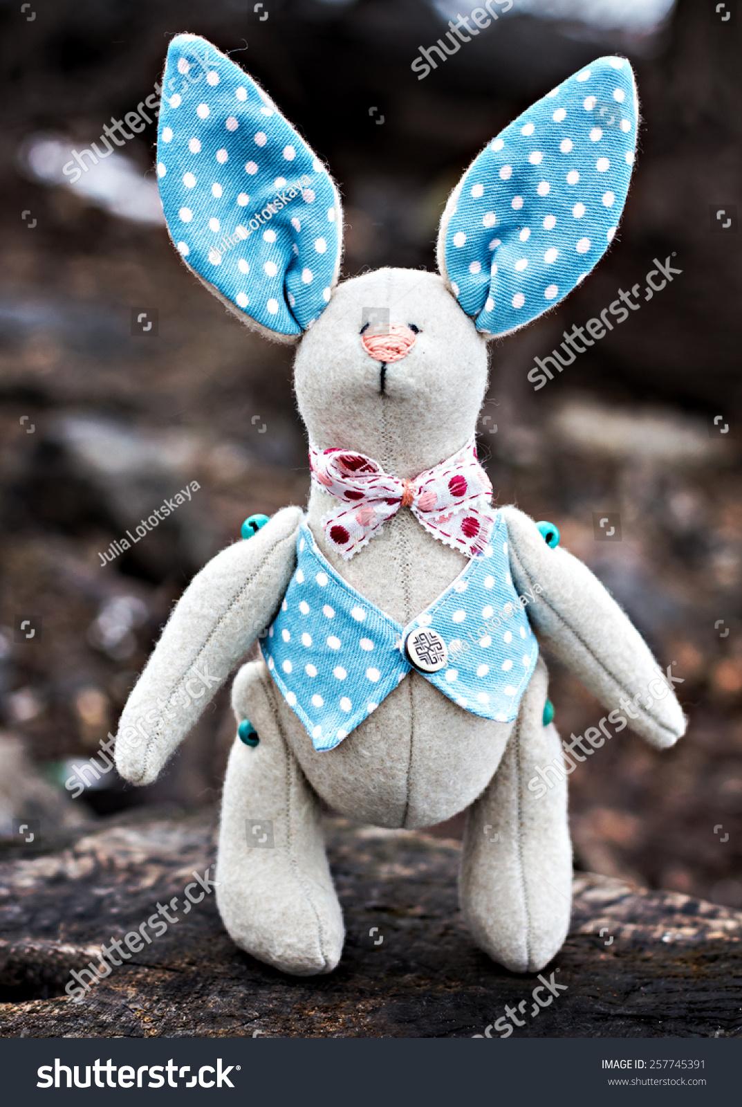 毛绒玩具——小兔子坐在一棵老树.-动物/野生生物,-()