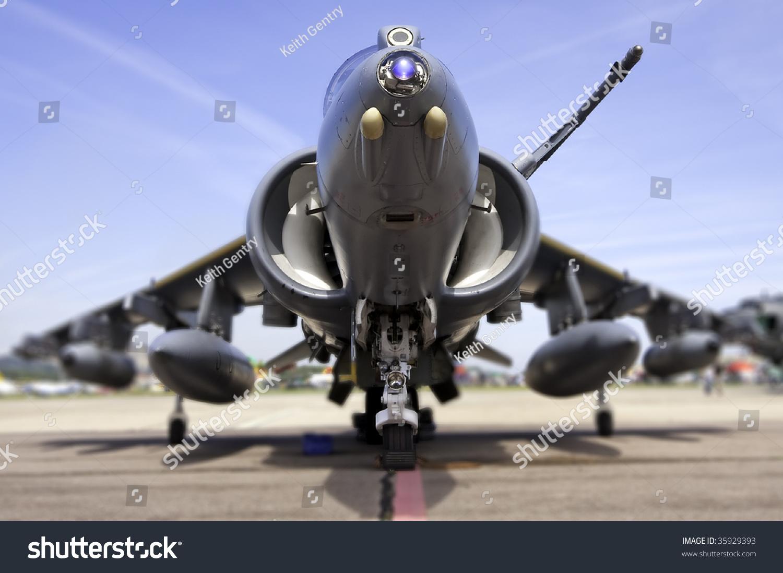 虫的眼睛对鹞式飞机在跑道lensbaby /倾斜转变风格浅