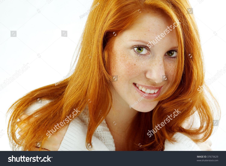 红头发的美女的照片,她脸上有斑点的皮肤-美容/时装
