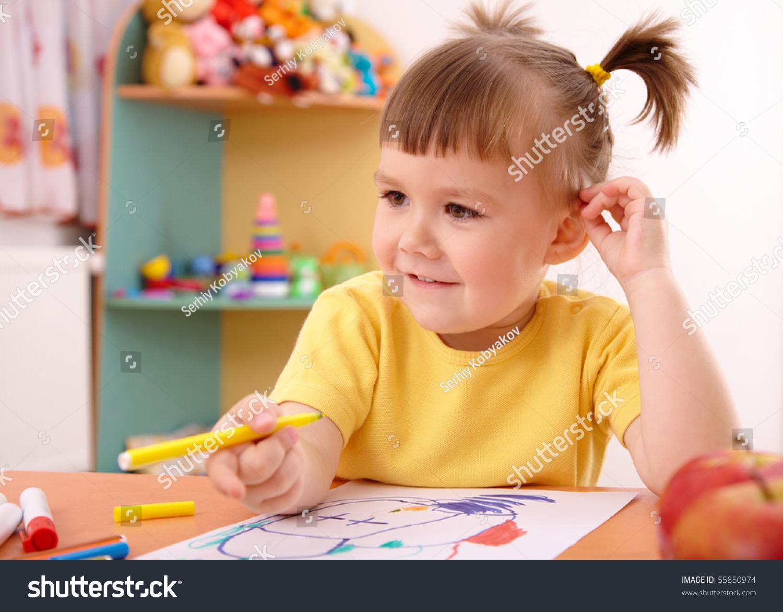 可爱的小女孩在幼儿园的小女孩画-人物,教育-海洛创意
