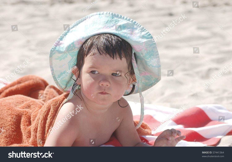 美丽的画像婴儿在海边