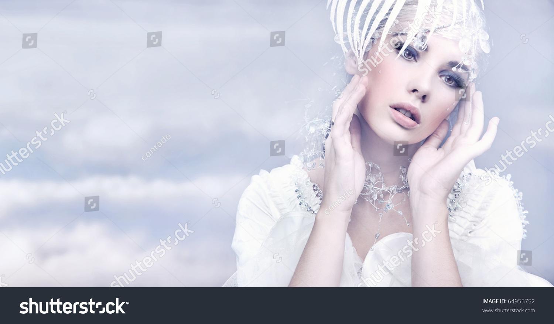 可爱的女人在冬天的背景