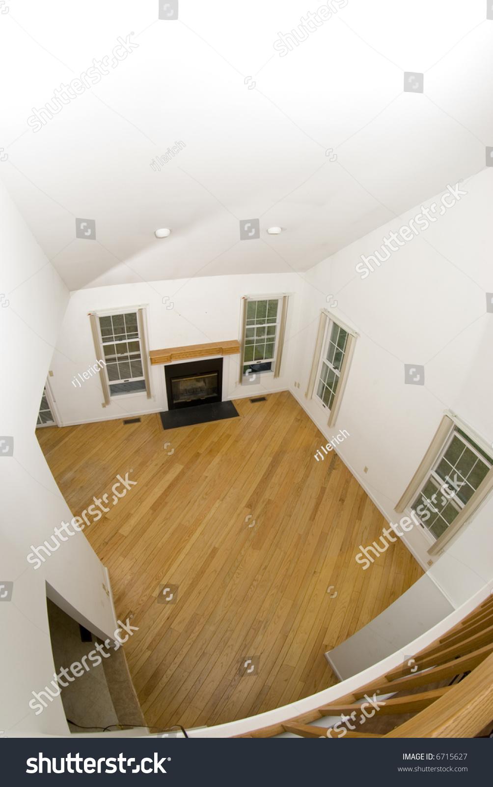 大房间客厅空公寓与木地板壁炉郊区的家里