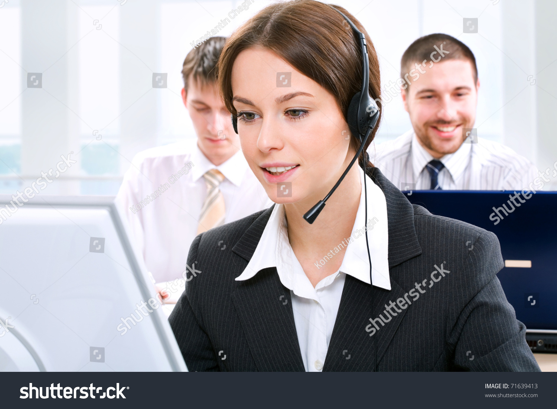 一个友好的秘书/电话接线员在办公室环境