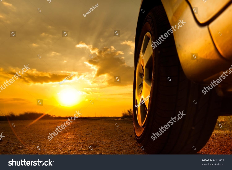近距离拍摄的一辆汽车在夕阳的背景下