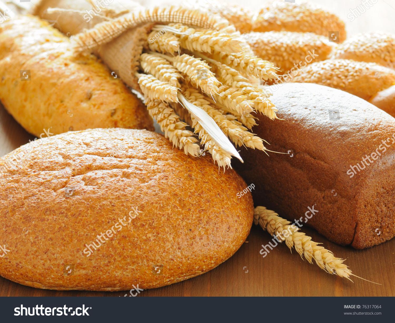 切片面包和小麦在木桌上-食品及饮料,工业-海洛创意()