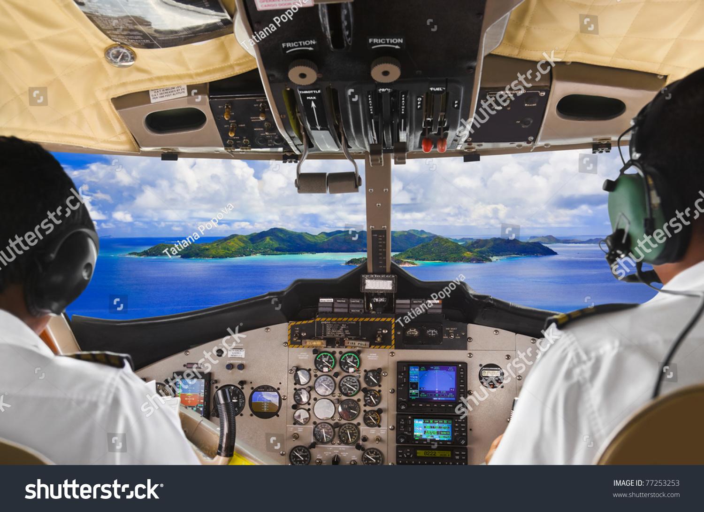 飞行员在飞机驾驶舱和热带岛屿