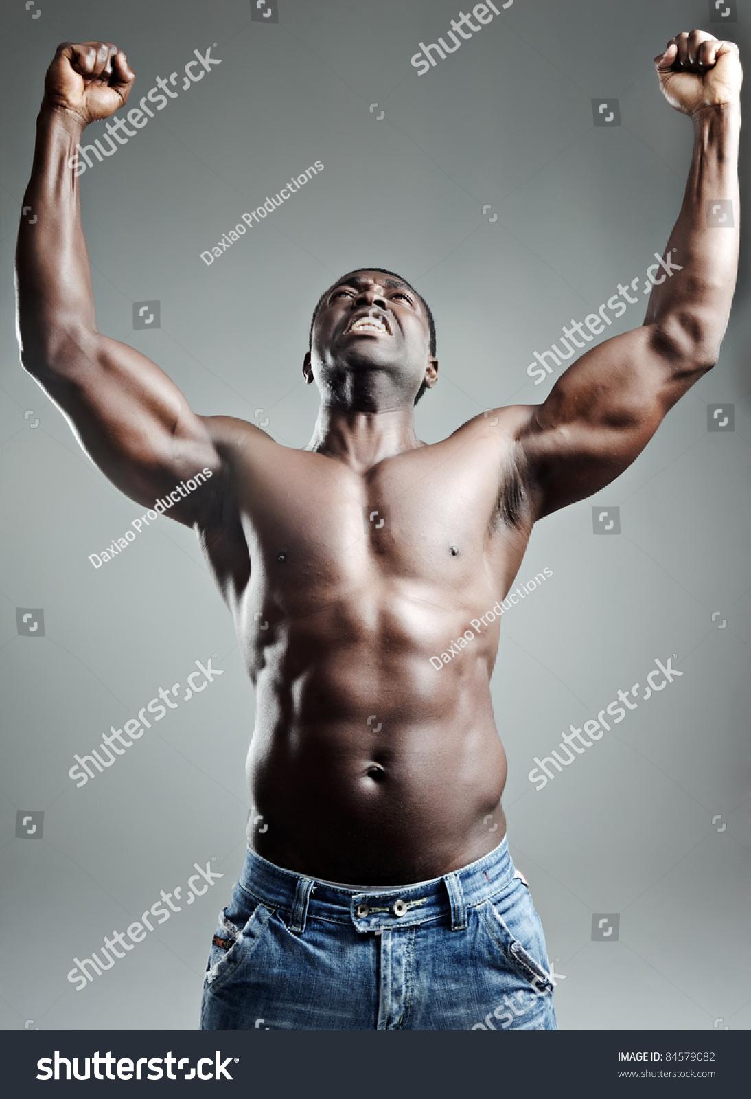 体格健美的肌肉黑人,双臂在工作室-美容/时装服饰